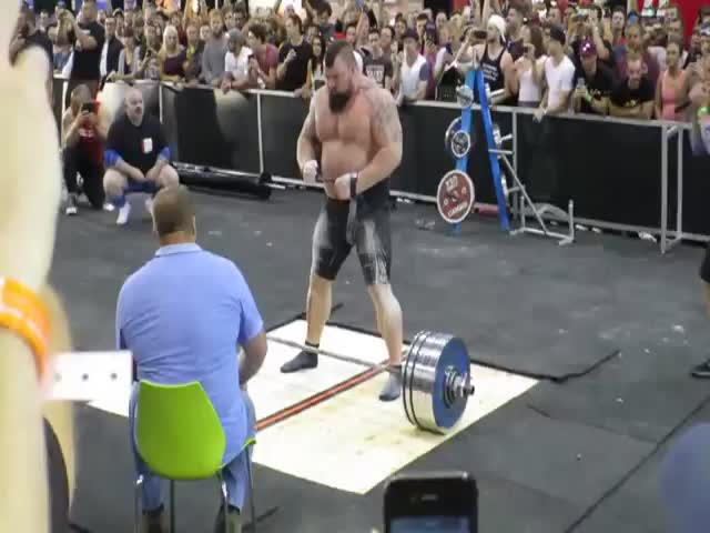 Arnold Schwarzenegger Cheers on Strongman Setting a New World Record  (VIDEO)