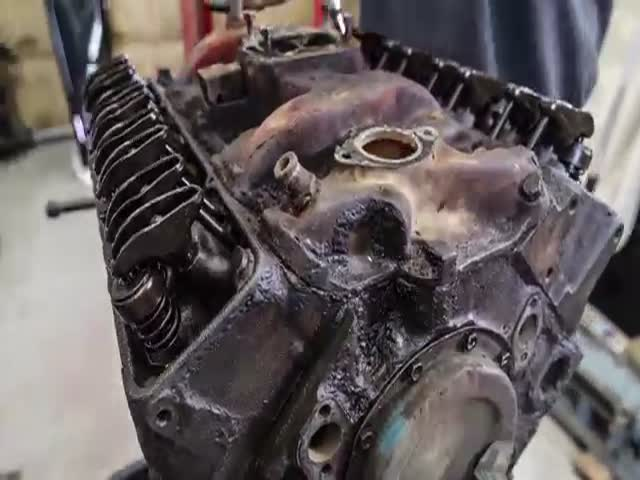 Fascinating Rebuild Time Lapse of a Chevy Small-Block V-8 Engine  (VIDEO)