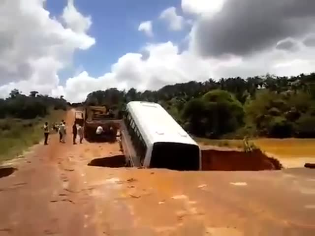 Bus Gets Swallowed by Sinkhole Somewhere in Brazil