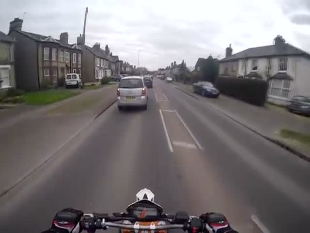 Biker Help an Elderly Lady in Random Act of Kindness  (VIDEO)