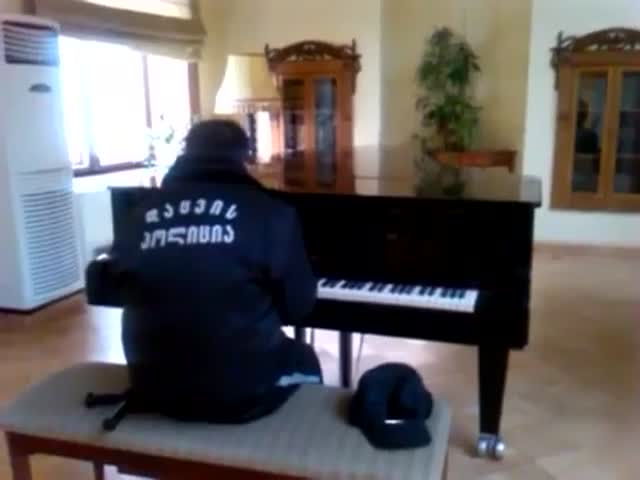 Security Guard in Georgia Thinks He's Alone, Starts Playing Piano  (VIDEO)
