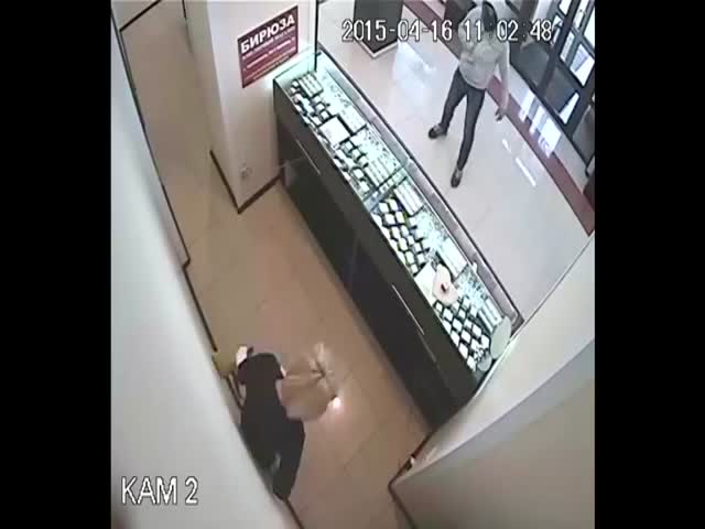 Robber Gets Neutralised by a Taekwondo Champion  (VIDEO)