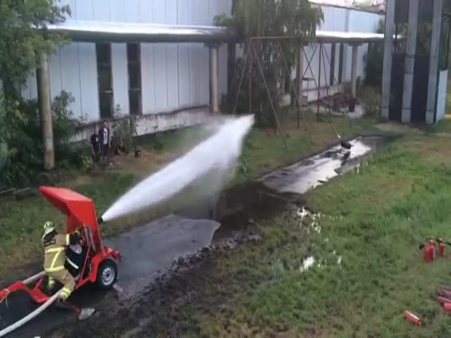 Fire Hose vs Flamethrower  (VIDEO)
