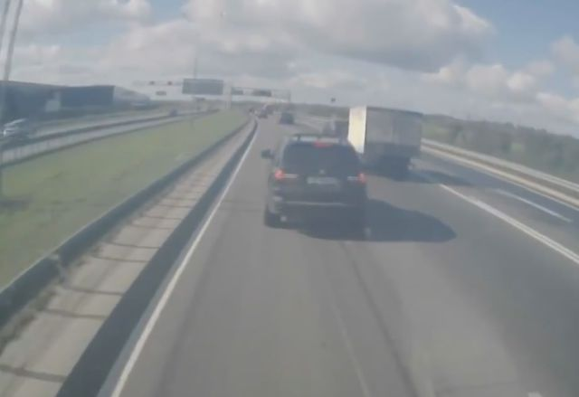Stupid Driver Brake Checks a 40-Tonne Truck
