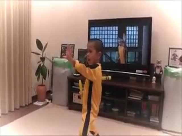 Mini Bruce Lee  (VIDEO)