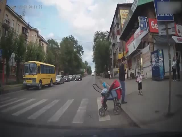 Russian Careless Mothers Putting Their Children in Danger on the Road  (VIDEO)