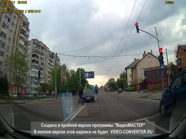 How Pedestrians Put Reckless Drivers to Their Place in Ukraine  (VIDEO)