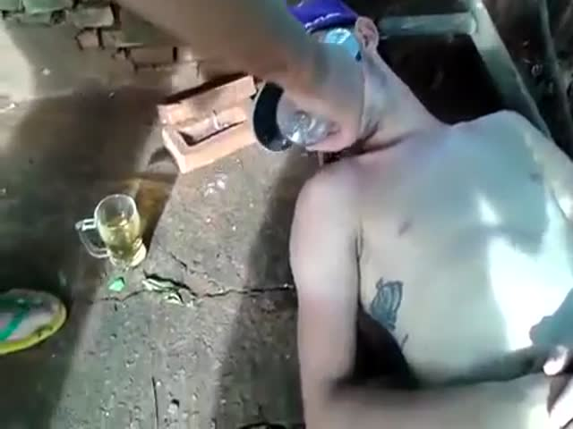 Soap Bubbles Prank on Passed Out Drunk Friend  (VIDEO)