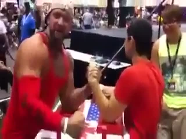 Guy Takes Selfie during Arm Wrestling  (VIDEO)
