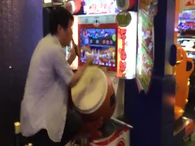 Guy Shows Off His Inner Rocker in Arcade Drumming Game
