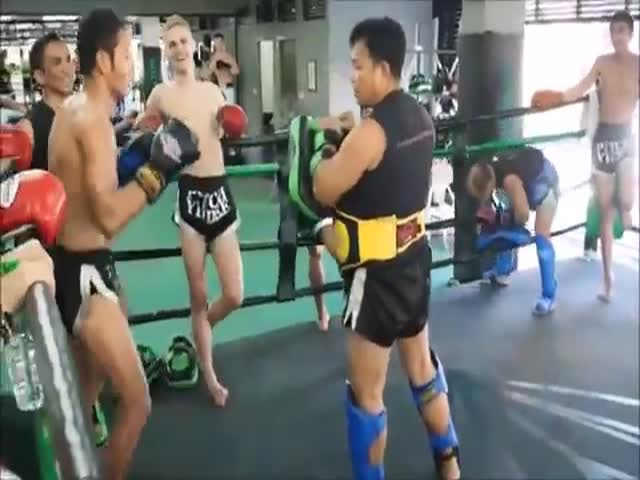 Pro Fighter Effortlessly Performs 30 Kicks in 17 Seconds