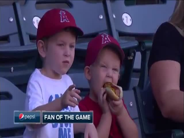 Kid Struggles to Eat a Hot Dog And It's Adorably Awkward