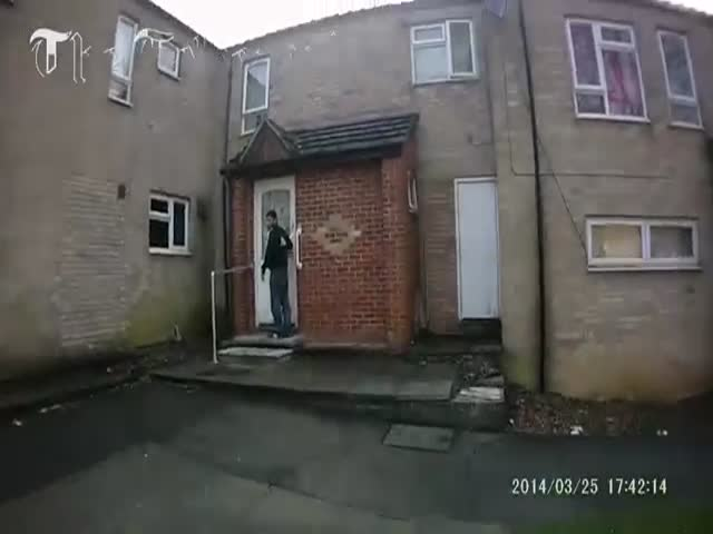 UK Policeman Effortlessly Disarms a Man with a Knife