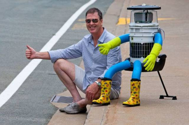 Hitchhiking Robot Suffers a Cruel Death on the Roads of America