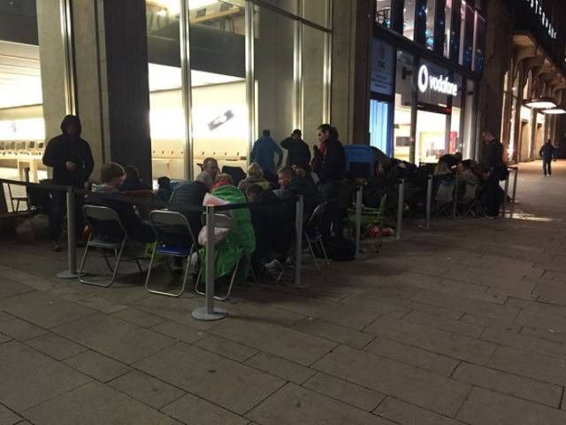 People around the World Camp Out to Buy the New iPhone 6S