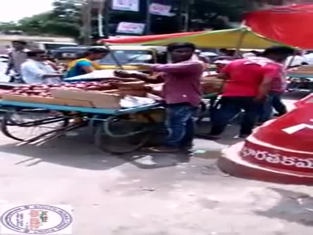 Street Vendor Tricks Buyers into Paying for Nothing