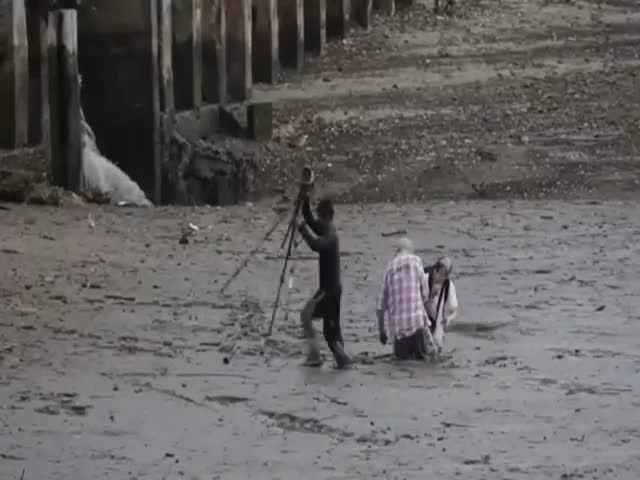 Construction Worker Heroically Rescues Birdwatchers Who Got Stuck in the Mud
