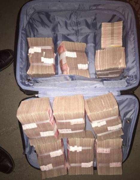 Taxi Cab Passenger Forgets His Suitcase of Cash