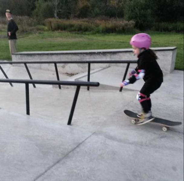 Teen Skateboarder Coaches a Little Girl and Her Mom Responds in the Sweetest Way