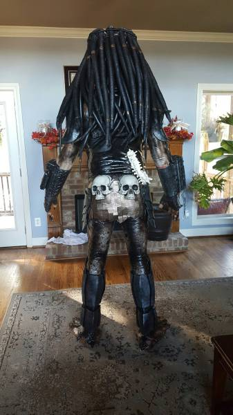 Dedicated Cosplayer Made His Own Awesome Predator Costume from Scratch
