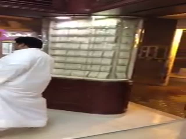 This Saudi Man Has No Idea How to Handle the Rain