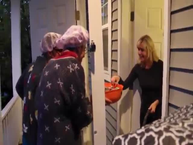 Amusing Duo Come Up with Their Own Reverse Trick or Treating Method for Halloween