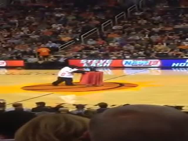 "Clumsy Mascot Accidentally Breaks the ""Ring of Honor"" Trophy Meant for Steve Nash"
