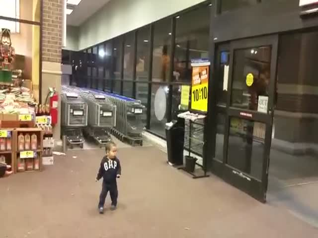 Kid Is Baffled and In Awe when He Sees an Automatic Sliding Door for the First Time