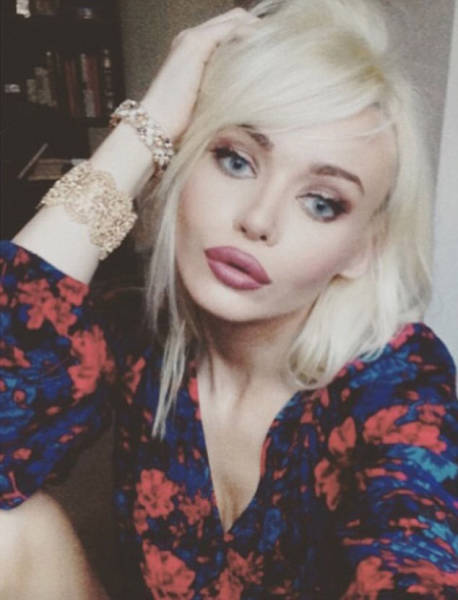 """This Girl Has the Ultimate """"Dumb Blonde Barbie"""" Look but She Is Actually More Brains Than Boobs"""