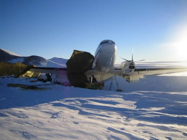 Stranded Passengers Repair Their Broken Airplane Alone in the Middle of Antarctica