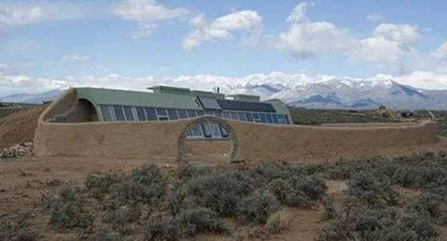 "This Architect Is the Creator of ""Earthships"" and They Are the Coolest Homes Ever"