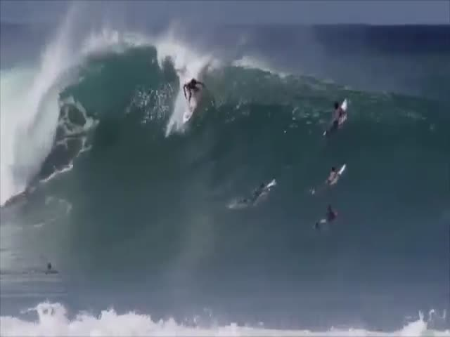 Andre Botha Comes to the Heroic Rescue of a Fellow Surfer