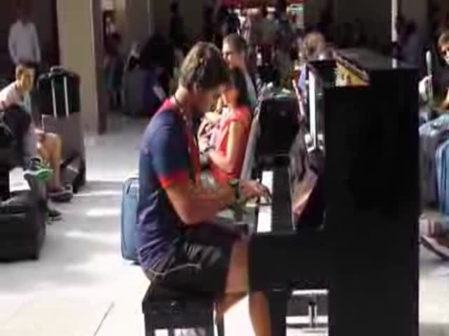 An Incredible Duet between a Public Piano Player and a Passing Traveller