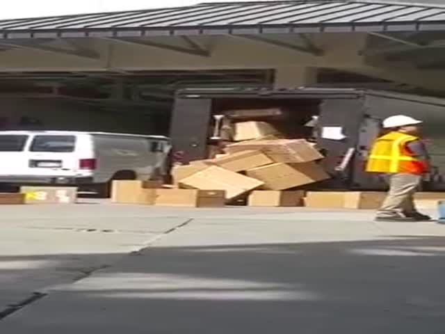 This UPS Employee Clearly Doesn't Like His Job Anymore