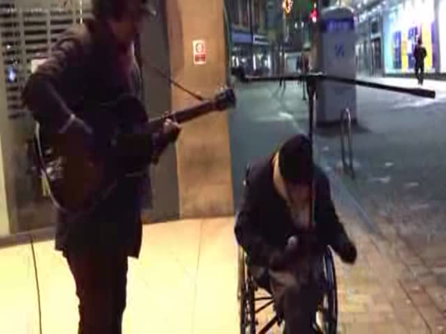 Homeless Man Joins Busker for Spontaneous New Year's Eve Street Jam
