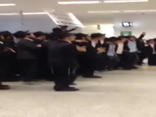 Melbourne Jews Give a Warm Welcome to International Students at The Airport