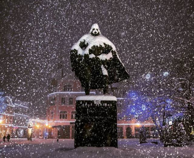Snow Transforms This Statue into Darth Vader