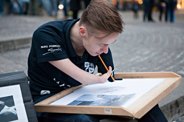 This Artist Does Not Let Hs Disability Stand in His Way