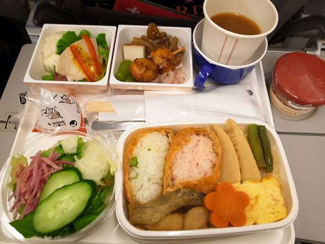 A Comparison of First Class vs. Economy Class Airline Meals Worldwide