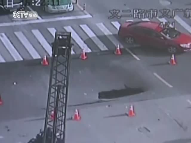 Chinese Police Helped Drivers Escape Road Collapse