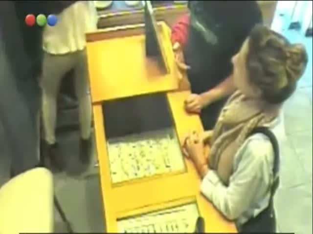 A Woman Manages To Steal An Entire Necklace Display Just In Front Of An Employee