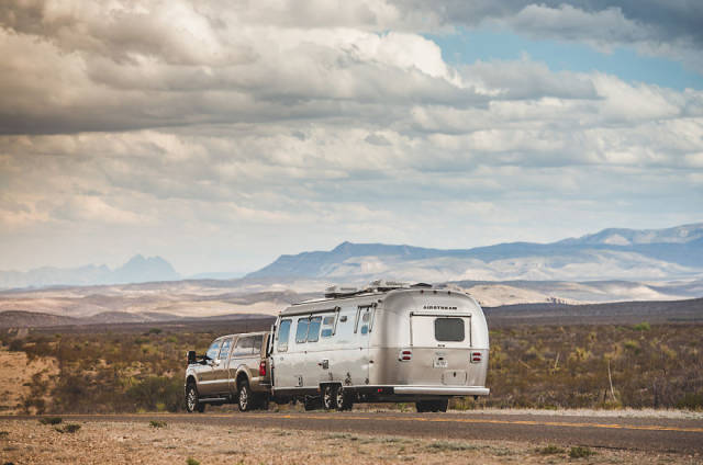 A Man Sells His House, Buys A Trailer And Starts Traveling Across America With His Family