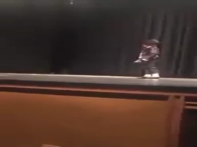 Little Kid Makes A Flawless Dance To MJ's Song Billie Jean