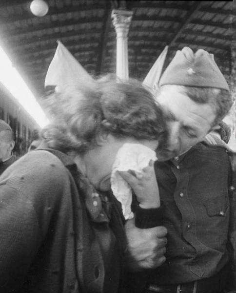 Vintage black and white photos about love during wartime - Black and white love pictures ...