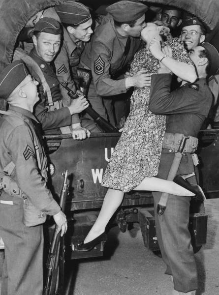 Vintage Black And White Photos About Love During Wartime ...Old Black And White Romantic Photos