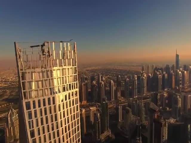 This Guy Dies Some Crazy Sh#t On The Edge Of A Skyscrape In Dubai