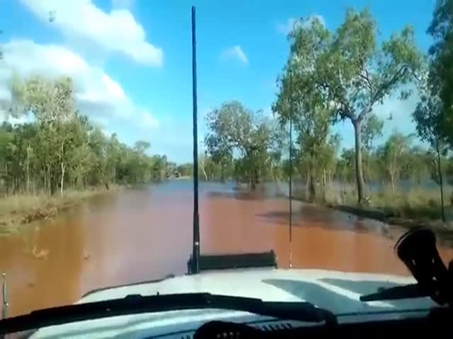 Land Cruiser 4x4 Makes A Deep Water Crossing