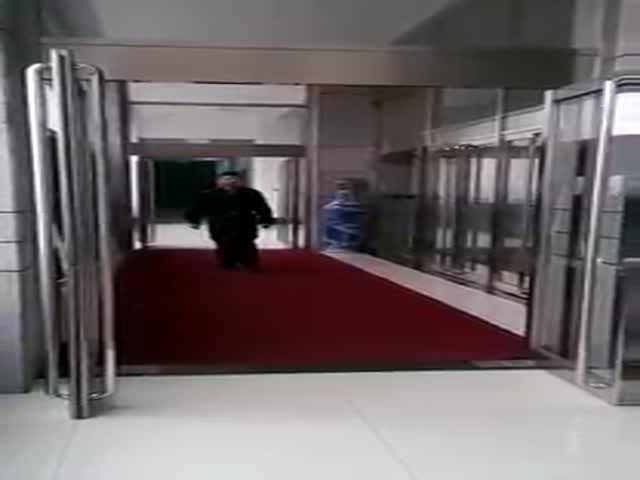 Security Guards Prank One Of Their Colleagues