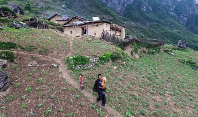 Children From A Remote Village In China Have To Take A Dangerous Path To Get To School
