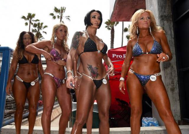 Bikini Girls At The Memorial Day Muscle Beach Contest